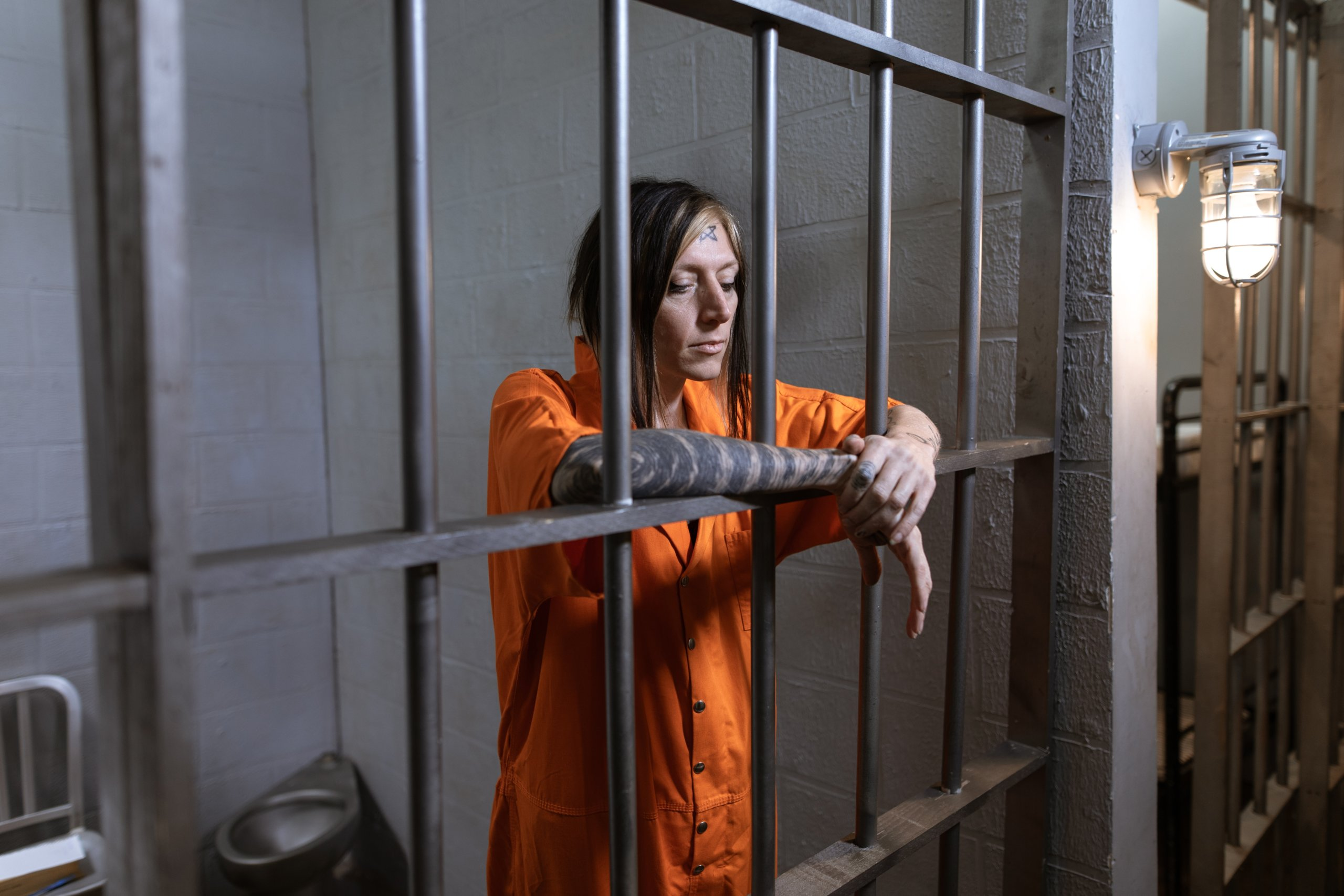 אסירה פלילית במעצר