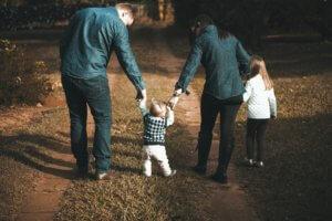 אבא אמא ושני ילדים